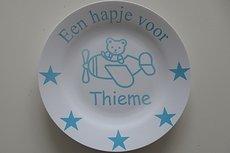 Ontbijtbord met naam en beer in vliegtuig